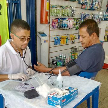 Dr. Erinaldo aferindo a glicemia de um paciente.